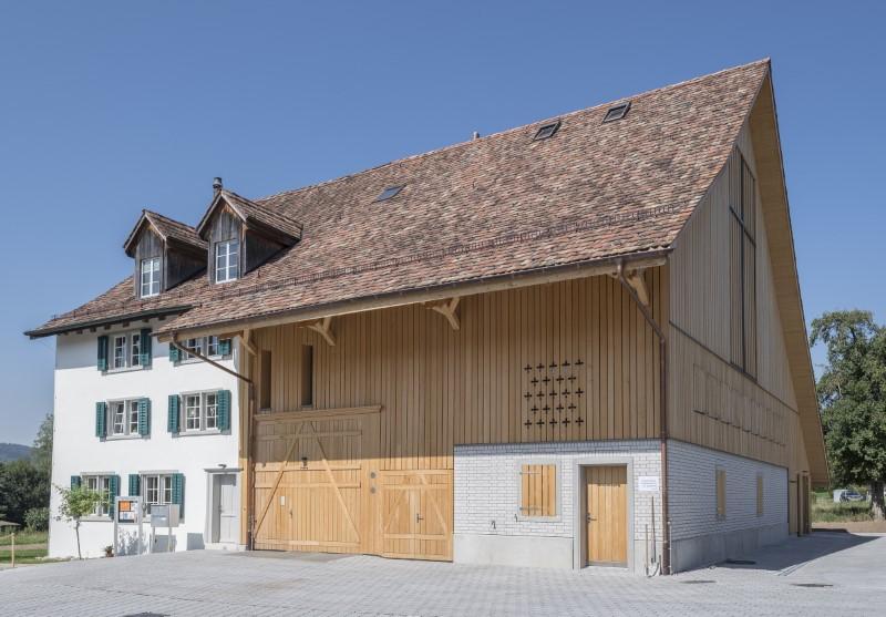 Holzelementbau, Holzfassade, Aussentüren und Akustikbekleidungen innen