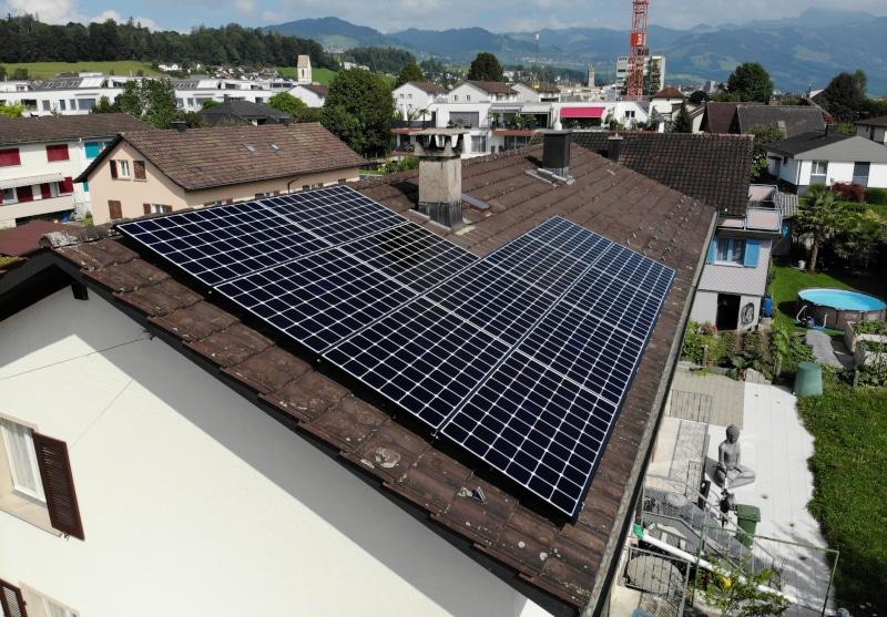 Photovoltaik-Anlage auf Hausteil in Uznach